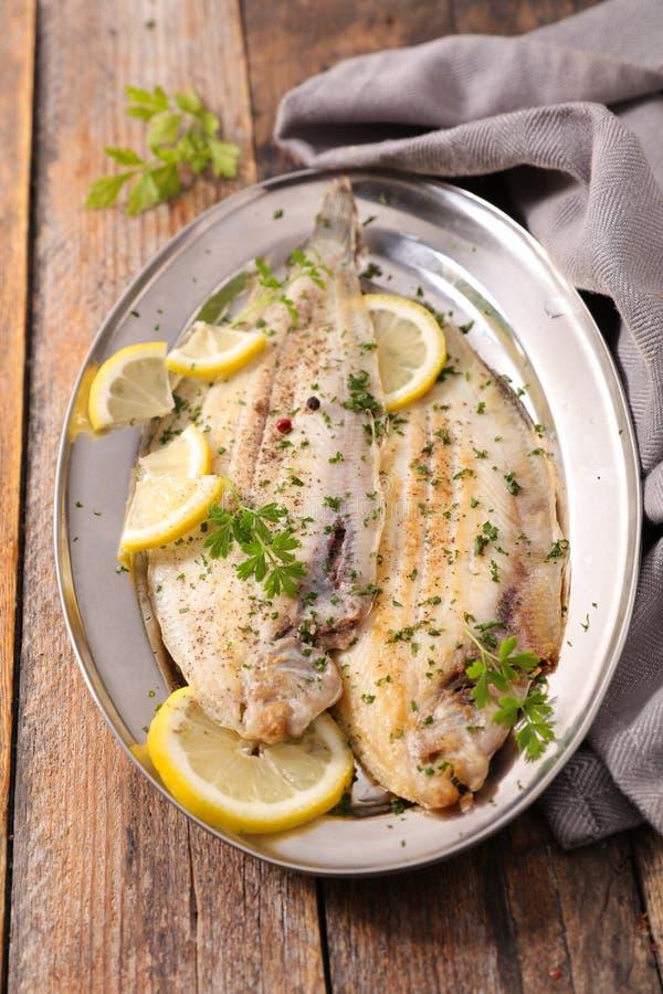 лимон зажаренный рыбами стоковое фото rf