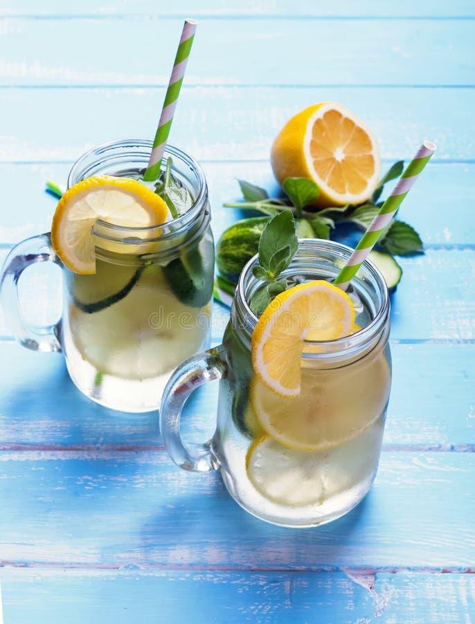 Лимон и вода вытрезвителя cucucmber в стеклянных опарниках стоковые изображения