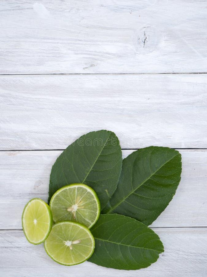 Лимон с листьями на белое деревянном стоковая фотография