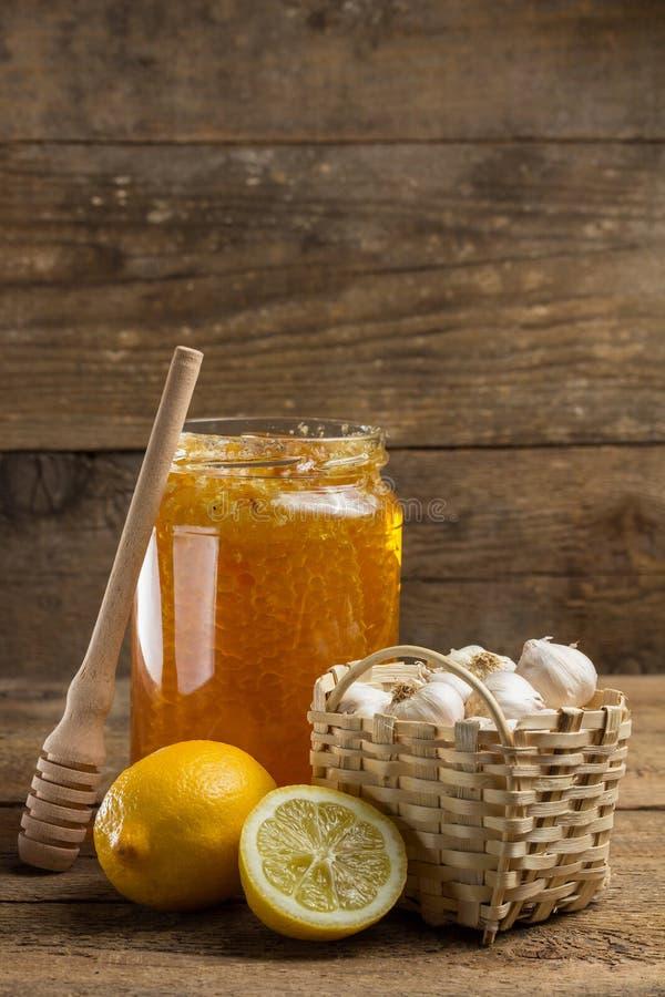 Лимон, чеснок и опарник меда стоковые изображения rf