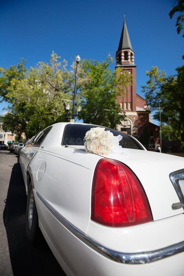 Лимузин и церковь свадьбы стоковые фото