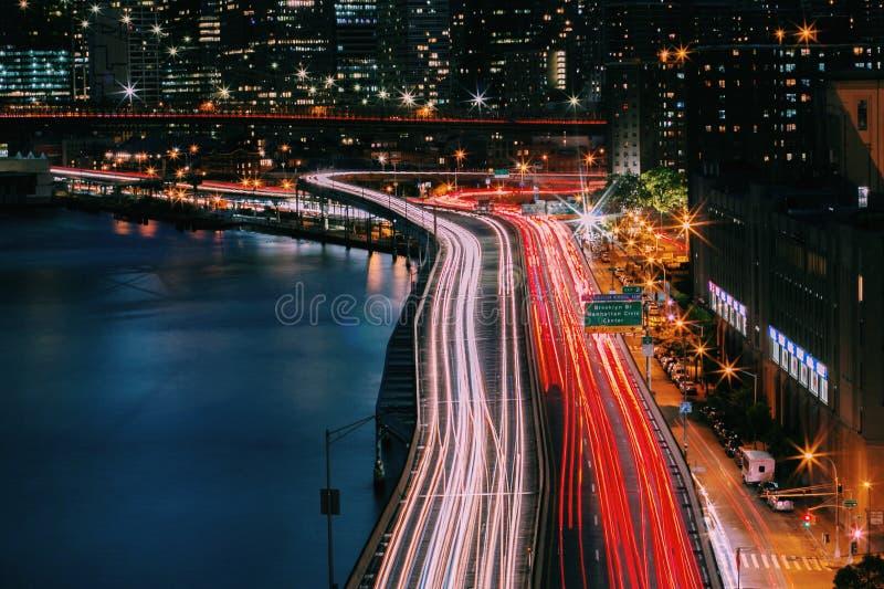 Линии движения ночи в Манхаттане и Бруклинском мосте, Нью-Йорке стоковая фотография rf