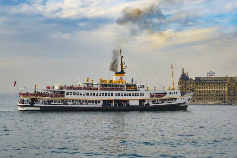 Линии города паром Стамбула стоковые фотографии rf