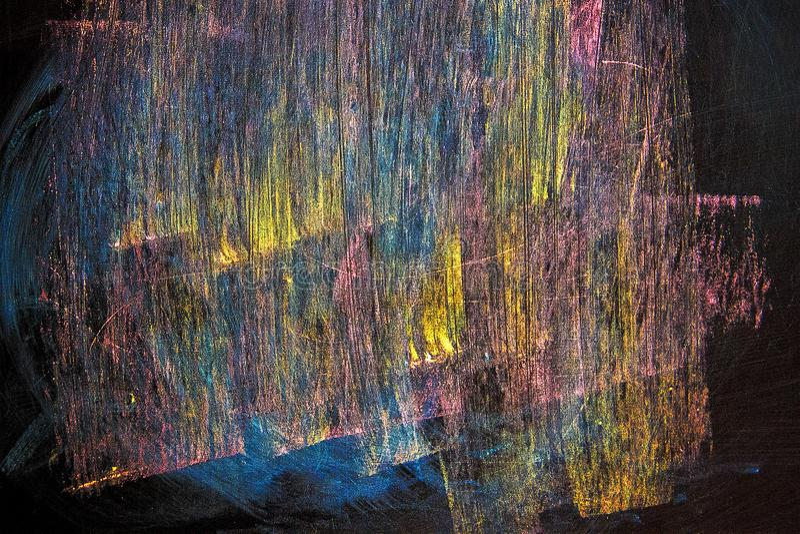 Линии желтого, голубой, розовый, нарисованный в меле на черной доске стоковая фотография rf