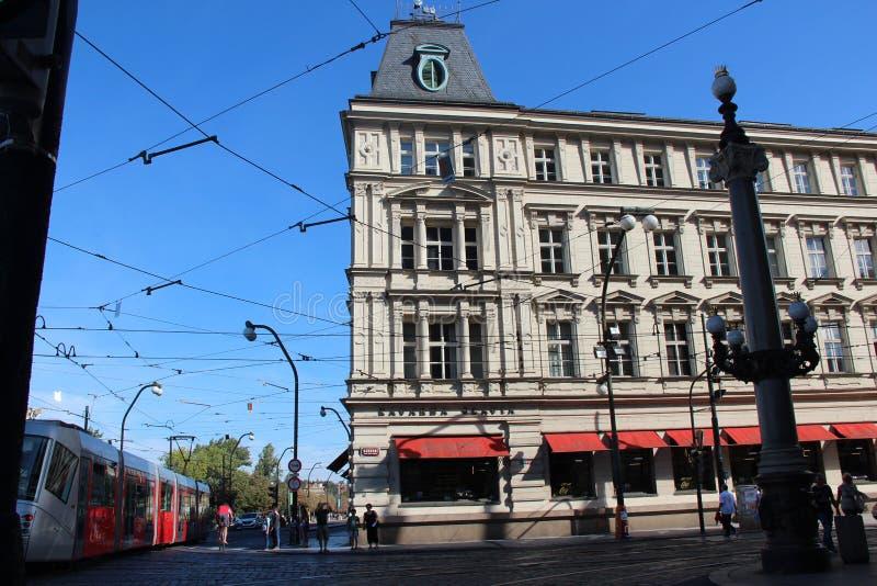 Линии и архитектура трамвая в Праге стоковое изображение rf