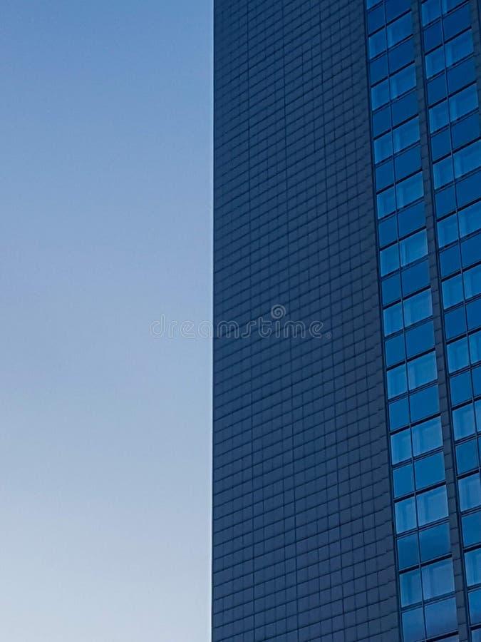 Линии и геометрия современной архитектуры стоковое изображение rf