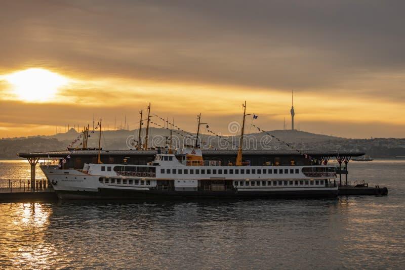 Линии паром восхода солнца и города на karakoy пристани для пассажирского транспорта в Стамбуле стоковое изображение