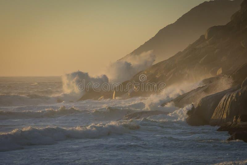 Линии прибоя маршируют внутри к пляжу на бурный день стоковые изображения