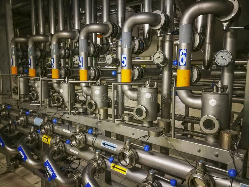 Линии трубы внутри винзавода стоковая фотография