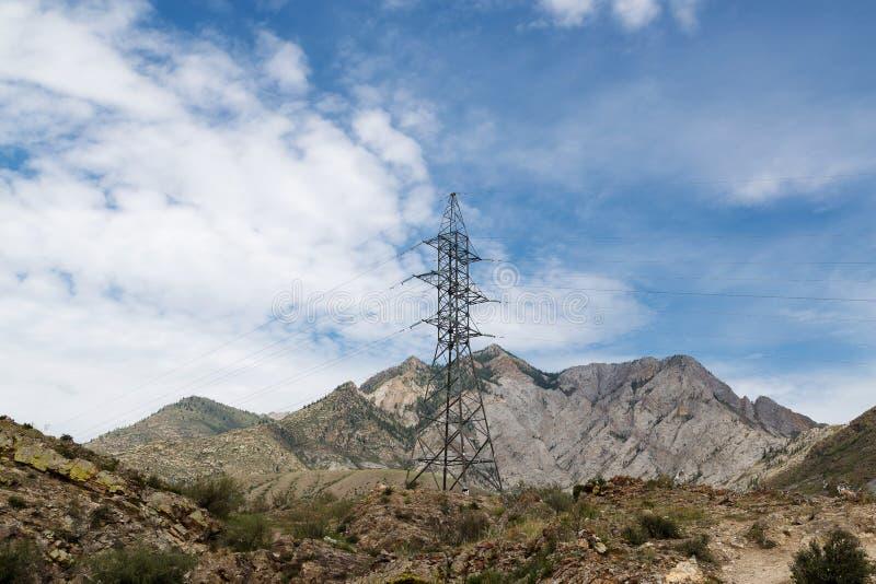 Линии электропередач в горах стоковые изображения rf