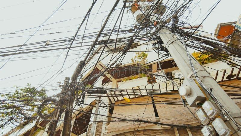 Линии электропередач в улицах города Boracay philippines стоковое изображение