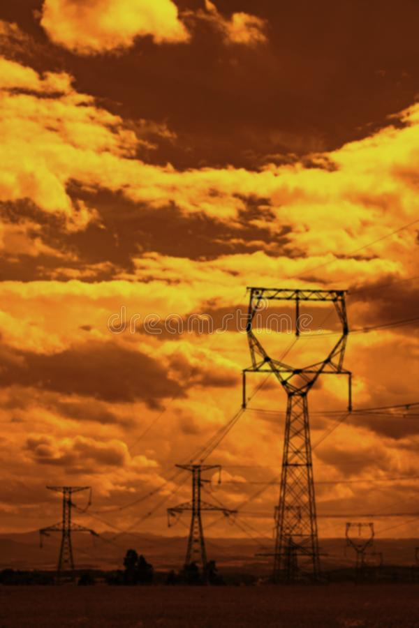 Линии электропередач на небе захода солнца стоковые фотографии rf