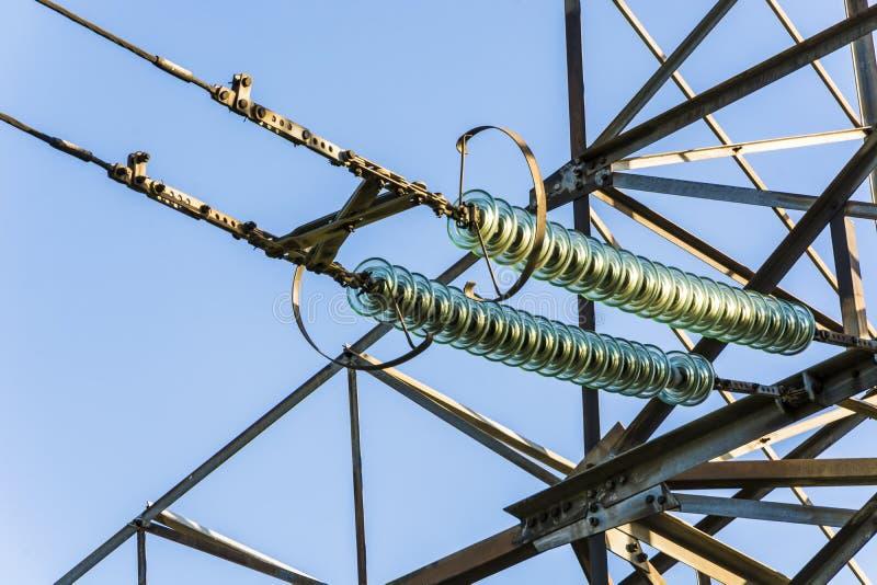 Линии электропередач на предпосылке конца-вверх голубого неба Оборудование электричества с космосом экземпляра Провода высокого н стоковое изображение