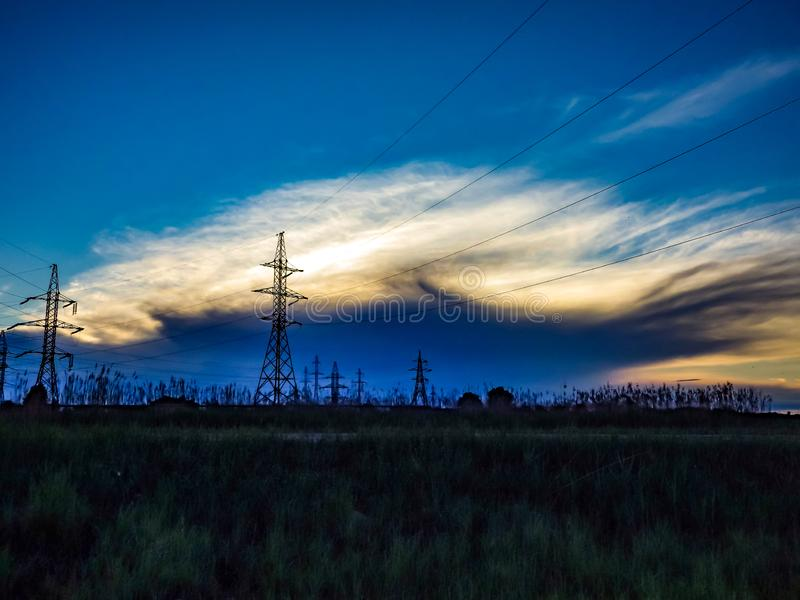 Линии электропередач на предпосылке облаков стоковая фотография
