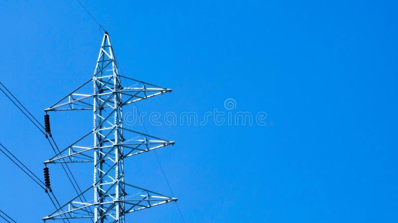 Линии электропередачи на голубом небе стоковые фотографии rf