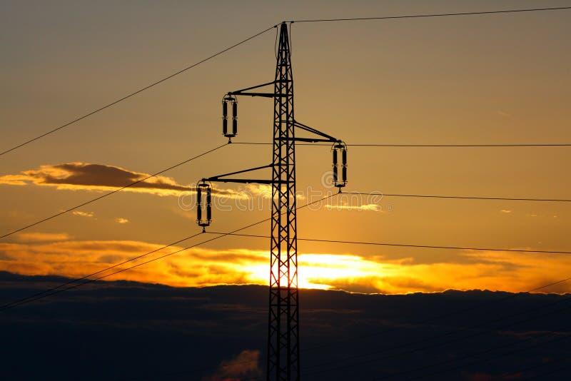 Линии электропередач в восходе солнца стоковые изображения