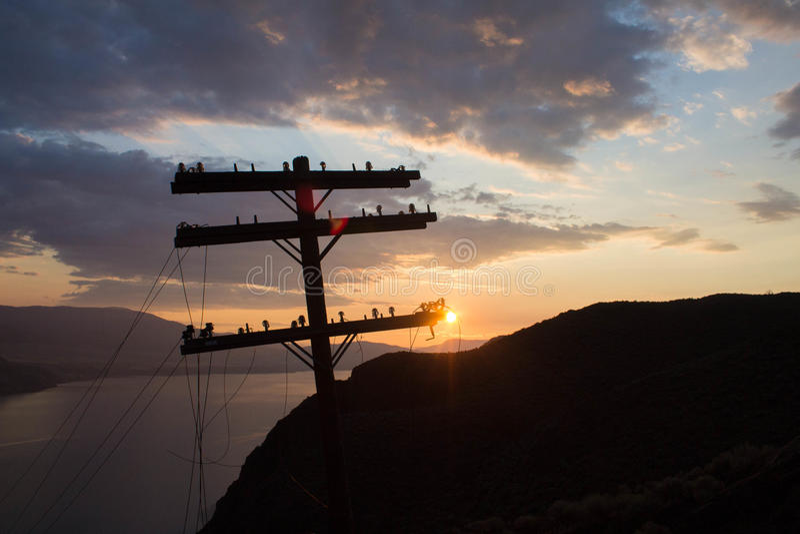 Линии электропередач и Солнце стоковое фото