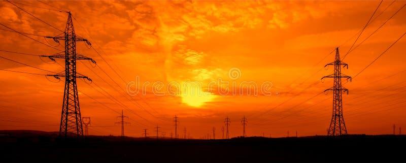 Линии электропередач на заходе солнца стоковая фотография rf