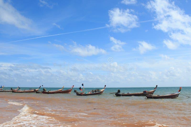 Линия аранжирует рыбацкую лодку с веревочкой и солнечный свет отражает стоковое фото