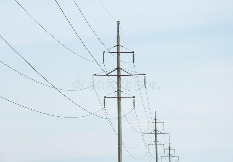 Линия высоковольтных башн-поляков электричества стоковые фотографии rf