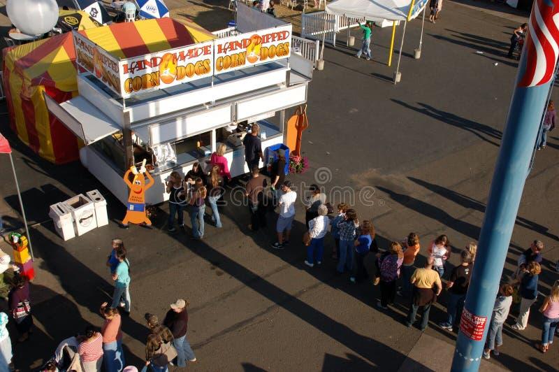 линия ждать corndog стоковое изображение