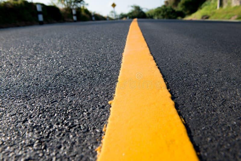 линия желтый цвет дороги стоковые изображения