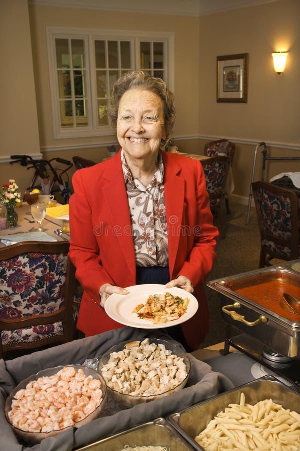 линия женщина шведского стола кавказская пожилая стоковая фотография rf