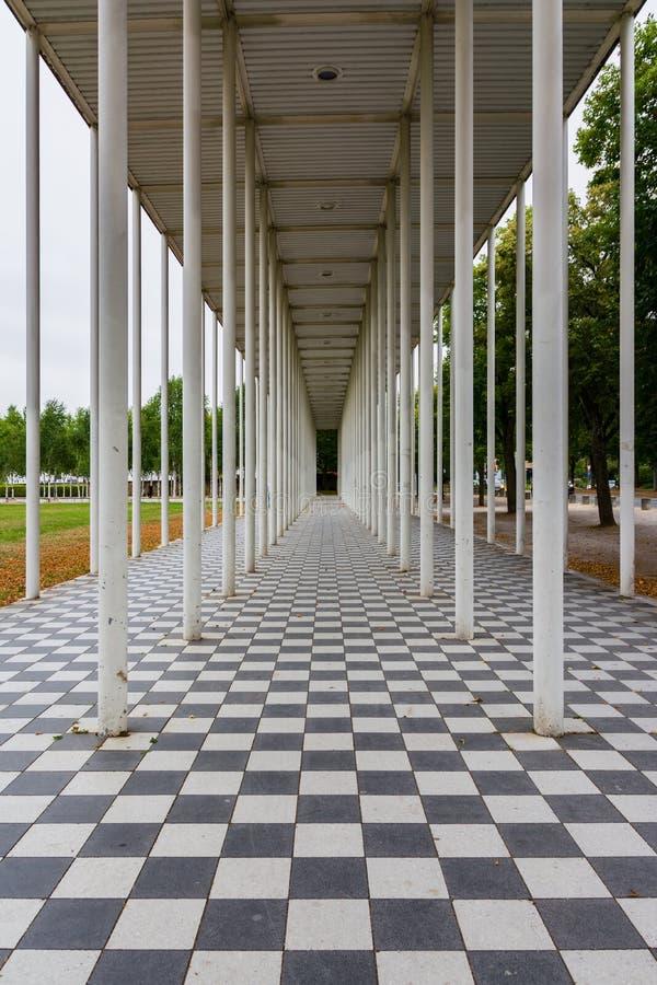 Линия иллюзия столбцов Floar шахматной доски архитектуры ведущая перспективы стоковые изображения rf