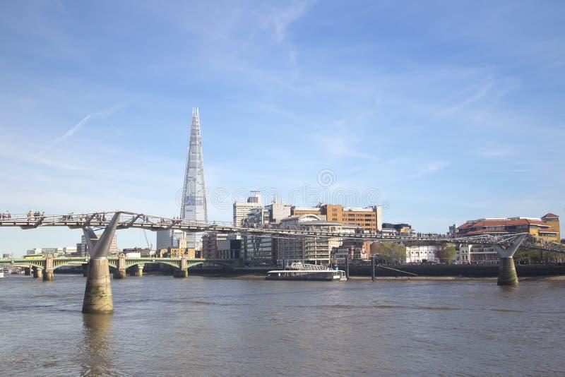 Линия неба Лондона с мостом тысячелетия стоковое фото