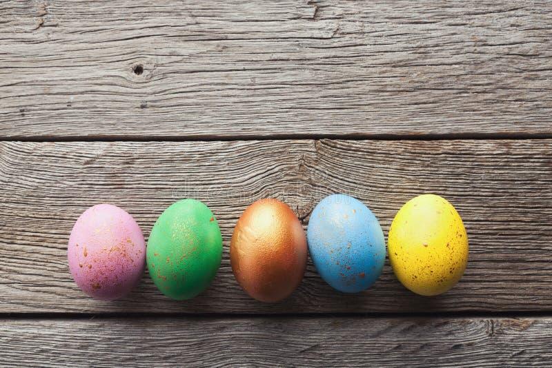 Линия пасхальных яя на деревянной предпосылке стоковые фото