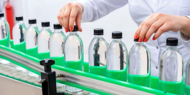 Линия разлива воды для обработки и разливать чистой ключевой воды по бутылкам стоковые фото