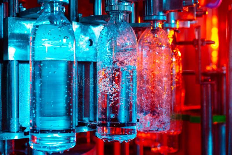 Линия разлива воды для обработки и разливать чистой ключевой воды по бутылкам стоковая фотография