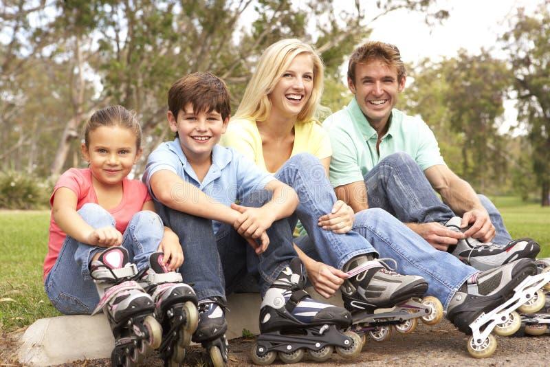 линия семьи парк кладя коньки стоковое изображение