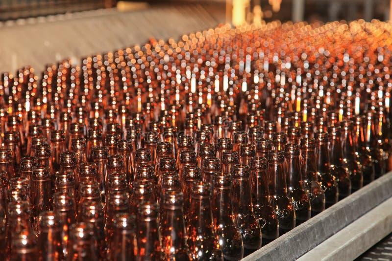 линия транспортера бутылок пива много стоковые изображения rf
