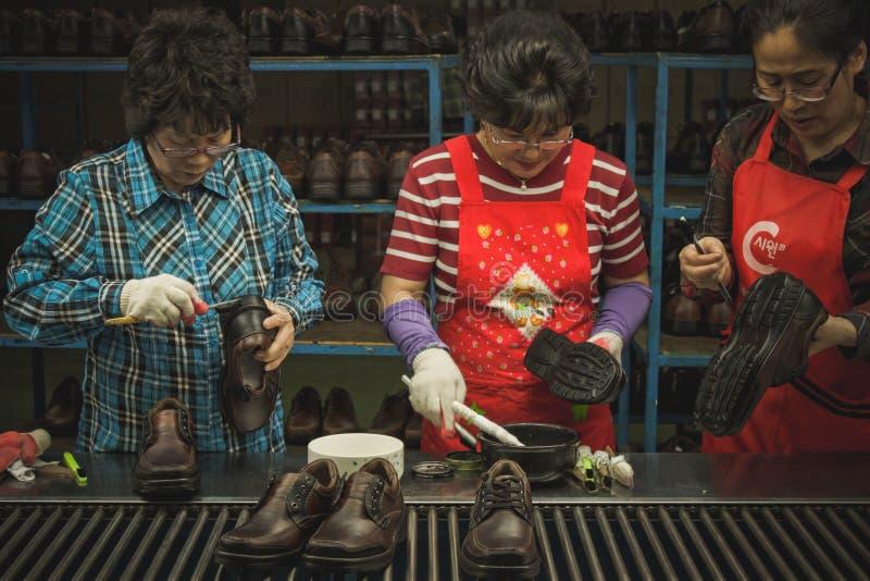 Линия фабрики строя ботинки стоковая фотография rf