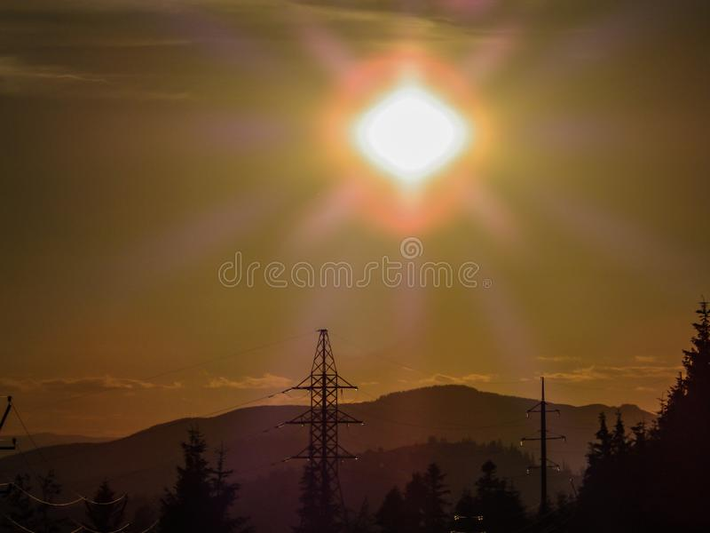 Линия электропередач на предпосылке захода солнца стоковое фото rf