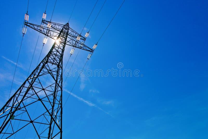Линия электропередач с солнцем стоковые изображения rf
