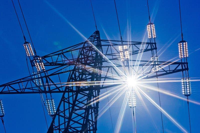 Линия электропередач с солнцем стоковые фотографии rf