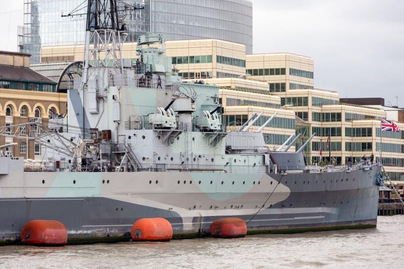 Линкор HMS Белфаста причалил на реке Темзе Лондон, Engla стоковые изображения