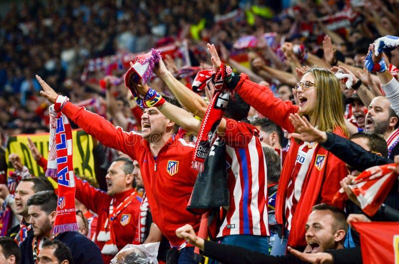 ЛИОН, ФРАНЦИЯ - 16-ое мая 2018: Вентиляторы Atletico Мадрида в стойках стоковое изображение