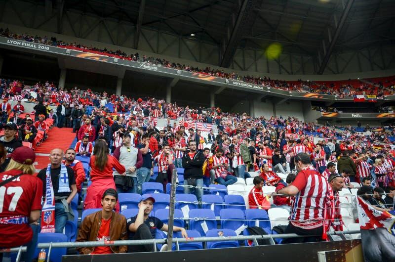 ЛИОН, ФРАНЦИЯ - 16-ое мая 2018: Вентиляторы Atletico Мадрида в стойках стоковые фото