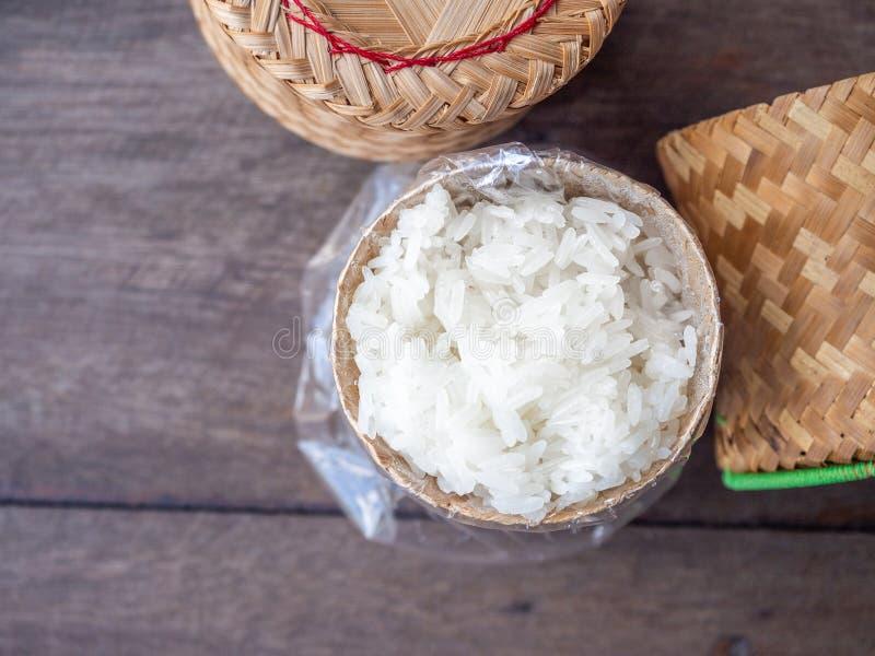 Липкий рис в плетеной корзине стоковое фото