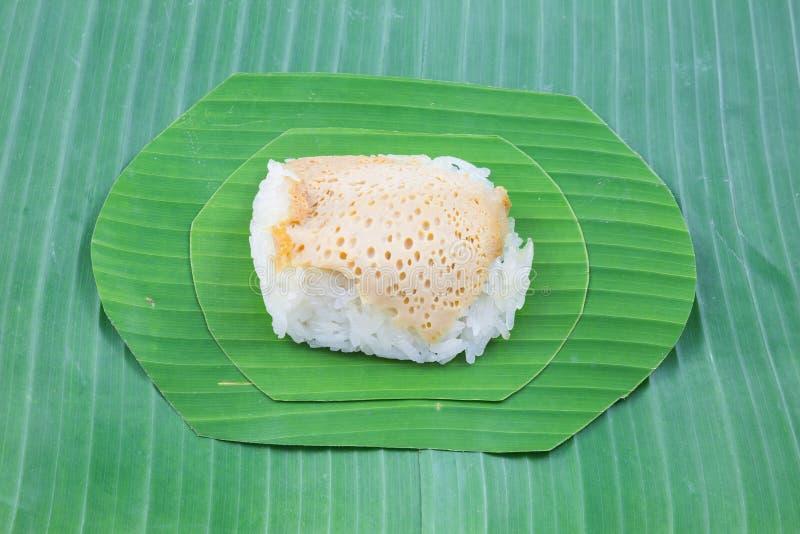 Липкий рис с испаренным заварным кремом на банане выходит, сладостный липкий рис, тайский сладостный десерт, стоковая фотография rf