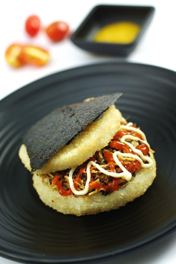 Липкий рис с морской водорослью и свининой на черном диске стоковая фотография rf