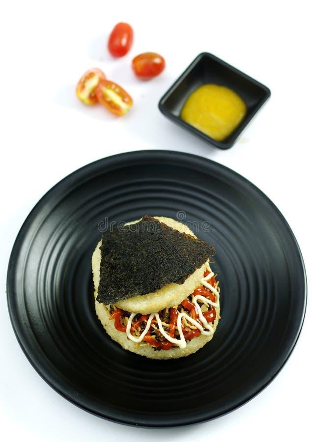 Липкий рис с морской водорослью и свининой на черном диске стоковые изображения rf