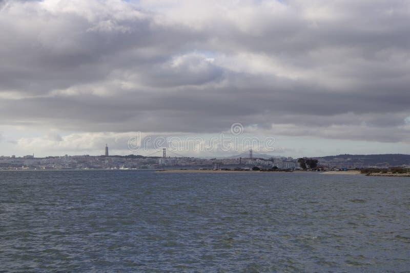 Лиссабон из другого банка стоковое фото rf