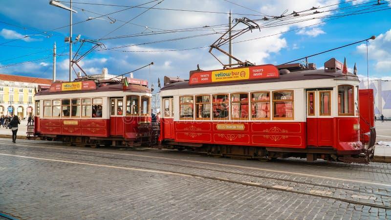 ЛИССАБОН, около 2017: Старый трамвай проходя мимо в старый городок Лиссабона Португалии Лиссабон столица Португалии Лиссабон конт стоковое изображение