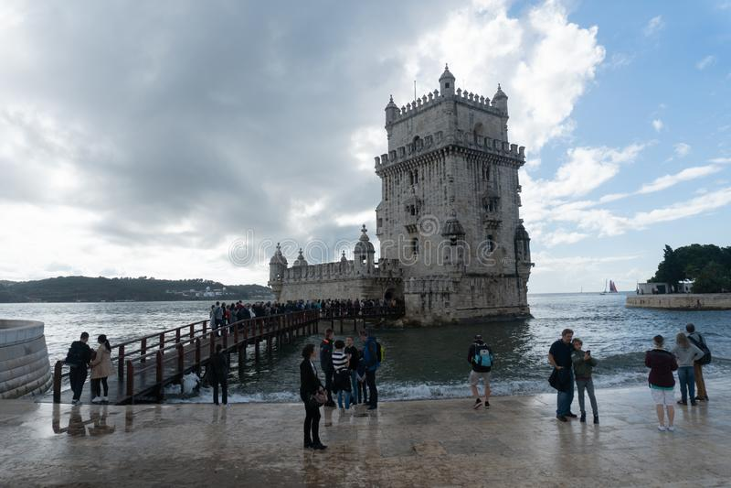 Лиссабон, Португалия - 2,2017 -го ноябрь: Неопознанный турист на башне Belem стоковые фото