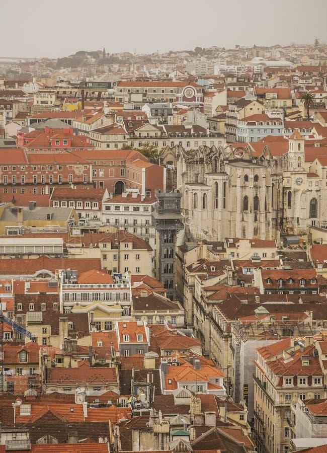 Лиссабон, Португалия - красные крыши старого городка; пасмурный день стоковые фото