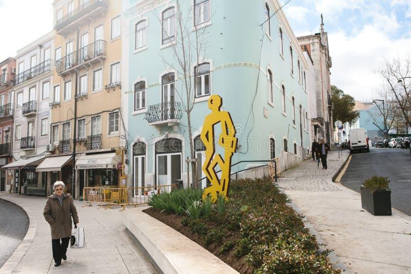 Лиссабон, Португалия 01 может 2018: Футболист памятника или творческое искусство улицы на теме футбола на городе стоковое изображение
